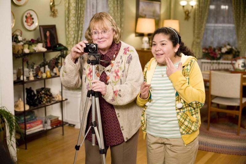 Shirley Knight e Raini Rodriguez in una scena di Paul Blart: Mall Cop