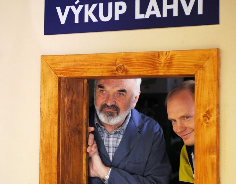 Zdenek Sverák in una scena del film Vuoti a rendere