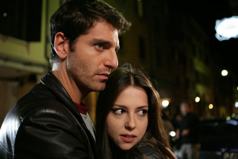 Giampaolo Morelli e Gilda Lapardhaja in una scena della seconda stagione della serie tv L'ispettore Coliandro