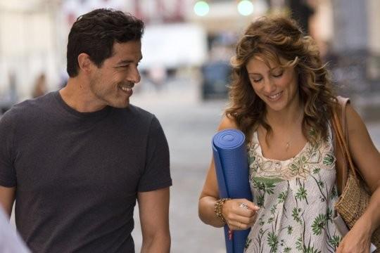 Alessandro Gassman e Jennifer Esposito in una scena di 4 Padri Single