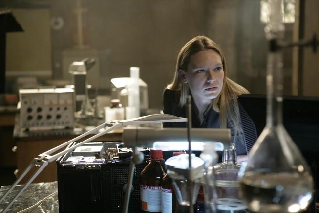 Anna Torv in una scena dell'episodio The No-Brainer di Fringe