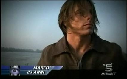 GF 9: primo piano del calciatore Marco Mazzanti in cui si nota una certa somiglianza con Tom Cruise