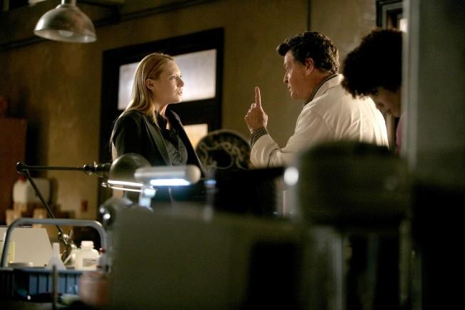John Noble ed Anna Torv in una scena dell'episodio The No-Brainer di Fringe