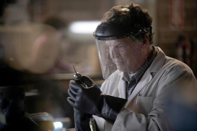 John Noble in una scena dell'episodio The No-Brainer di Fringe