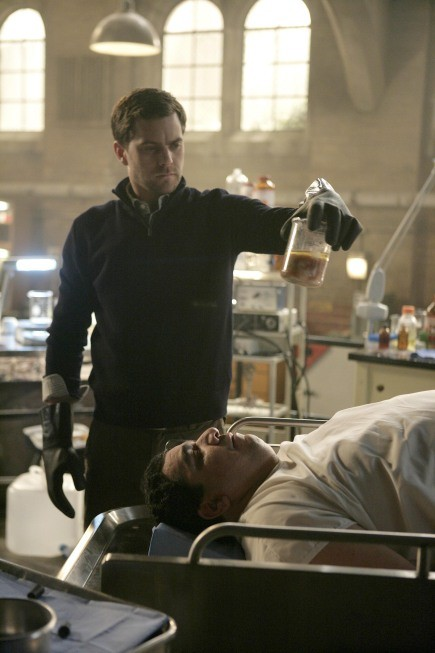 Joshua Jackson in una scena dell'episodio The No-Brainer di Fringe