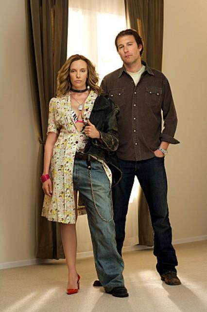 Toni Collette e John Corbett in una foto promozionale della serie tv United States of Tara