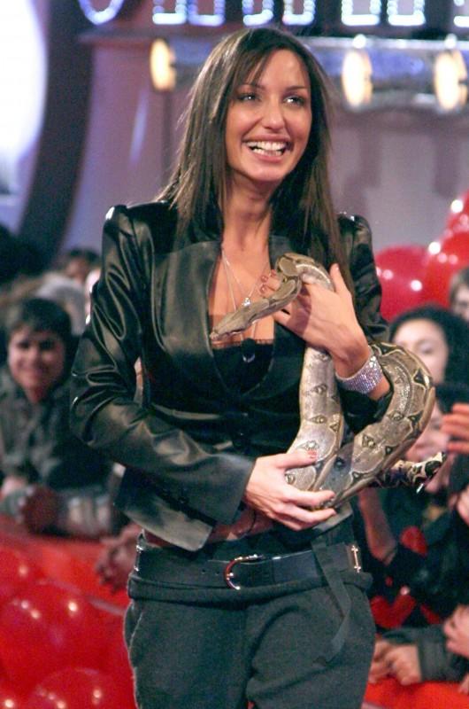 Una foto di Siria De Fazio, con uno dei suoi adorati serpenti, al suo ingresso nella Casa del Grande Fratello 9