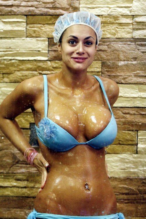 Grande Fratello 2009: show piccante per l'aspirante velina Cristina Del Basso sotto la doccia