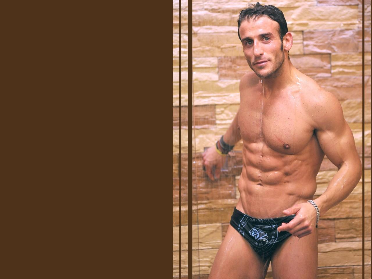 Grande Fratello 9 - un wallpaper sexy di Gianluca Zito sotto la doccia.