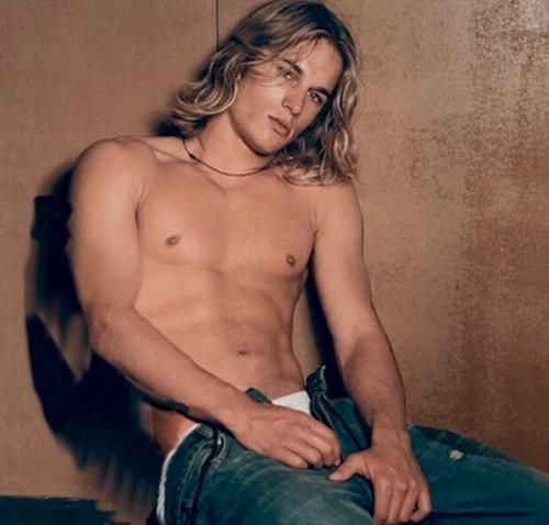 Il modello Travis Fimmel in posa per una campagna pubblicitaria di Calvin Klein