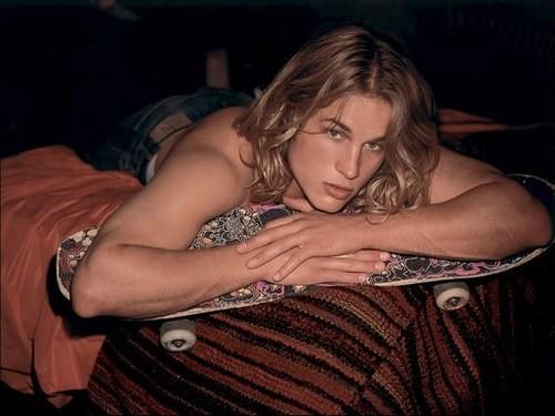 Il modello Travis Fimmel in uno degli scatti più sexy delle campagne pubblicitarie di Calvin Klein da lui realizzate