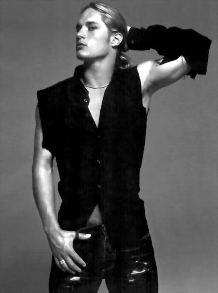 Travis Fimmel in posa per una campagna pubblicitaria di Calvin Klein