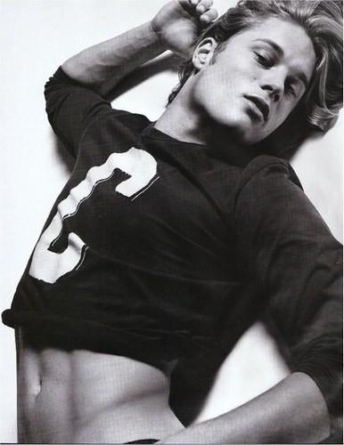 Uno degli scatti più sexy di Travis Fimmel ai tempi in cui posava come modello per Calvin Klein