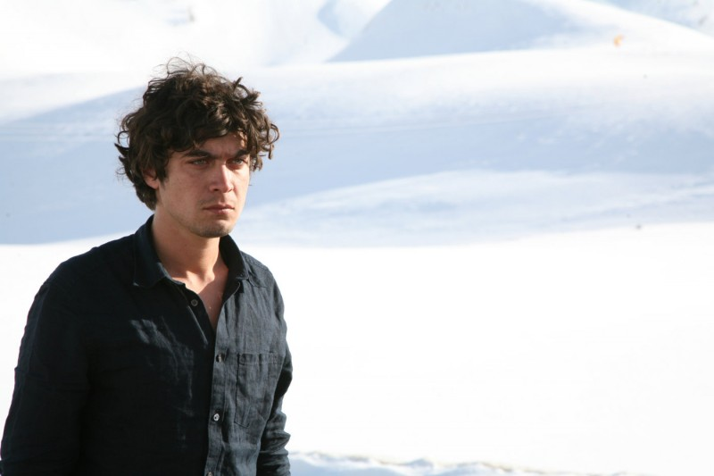 Riccardo Scamarcio è Elias in Eden Is West di Costa-Gavras
