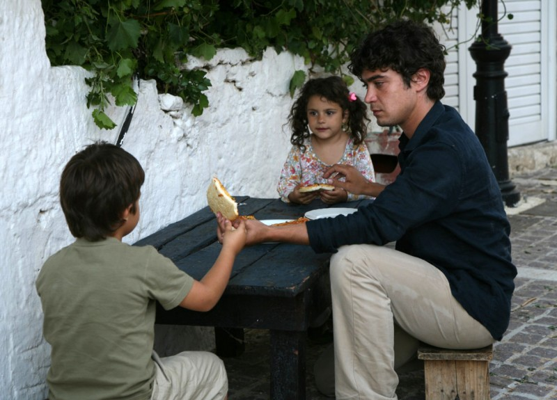 Riccardo Scamarcio in Eden Is West (Paradeisos sti disi) di Costa-Gavras