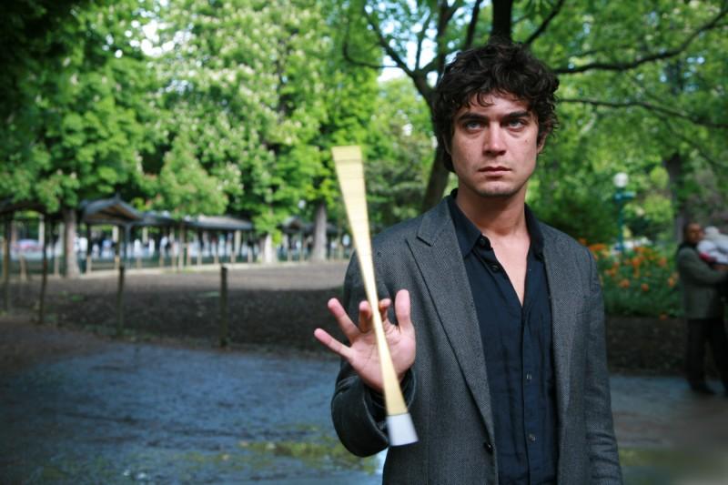 Riccardo Scamarcio nel film Eden Is West diretto da Costa-Gavras
