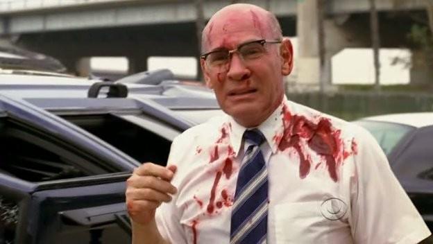 Una scena drammatica con Mitch Pileggi alla fine dell'episodio 'Normal' della serie tv Criminal Minds