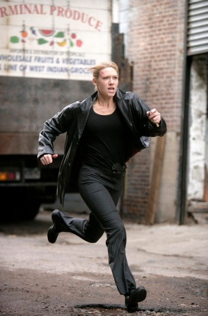 Anna Torv in una scena d'azione dell'episodio Bound di Fringe