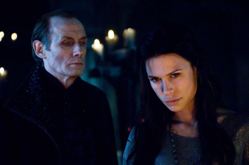 Bill Nighy e Rhona Mitra in una scena del film Underworld: La ribellione dei Lycans
