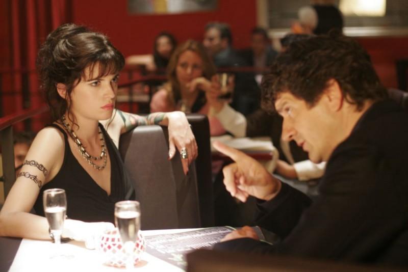 Cécile Cassel e Fabio De Luigi in una scena del film Ex
