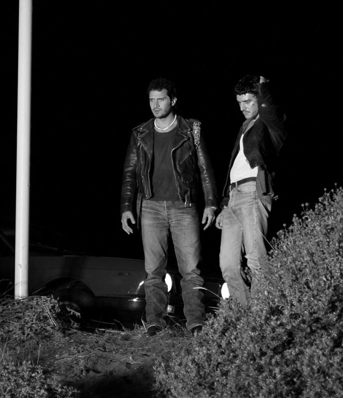 Claudio Santamaria e Michele Venitucci in una scena del film Aspettando il sole