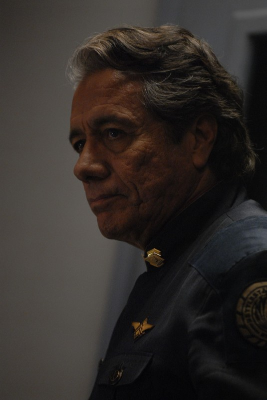 Edward James Olmos in una scena dell'episodio A Disquiet Follows My Soul di Battlestar Galactica