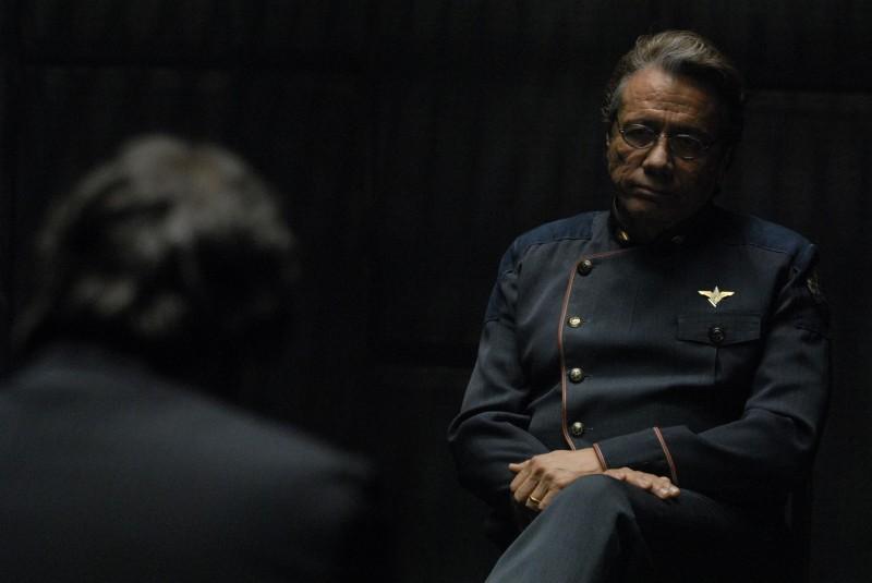 Edward James Olmos nell'episodio A Disquiet Follows My Soul di Battlestar Galactica
