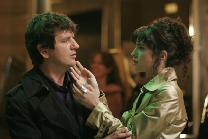 Fabio De Luigi e Cécile Cassel in una scena del film Ex