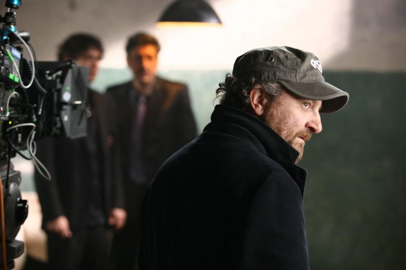 Giovanni Veronesi sul set del film Italians (alle sue spalle Riccardo Scamarcio e Sergio Castellitto)