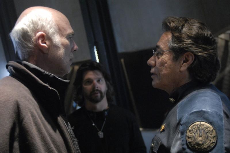 Michael Hogan e Edward James Olmos con Ronald D. Moore sul set dell'episodio A Disquiet Follows My Soul di Battlestar Galactica