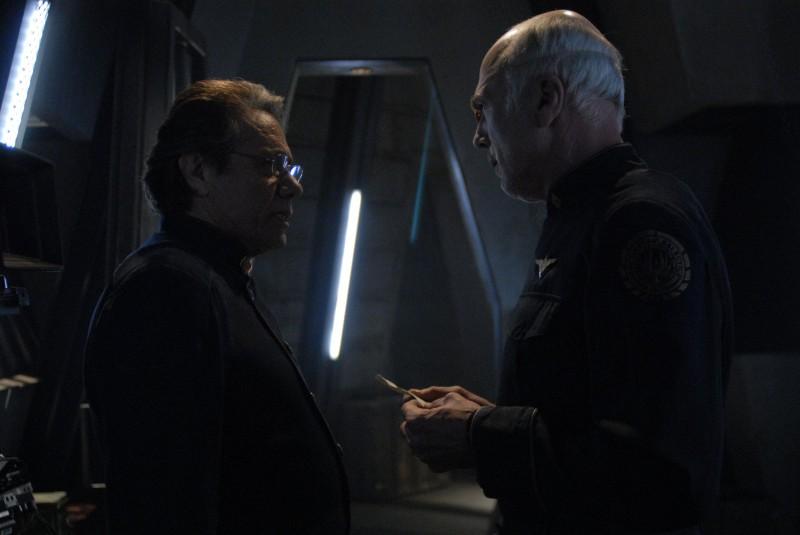 Michael Hogan e Edward James Olmos in una scena dell'episodio A Disquiet Follows My Soul di Battlestar Galactica