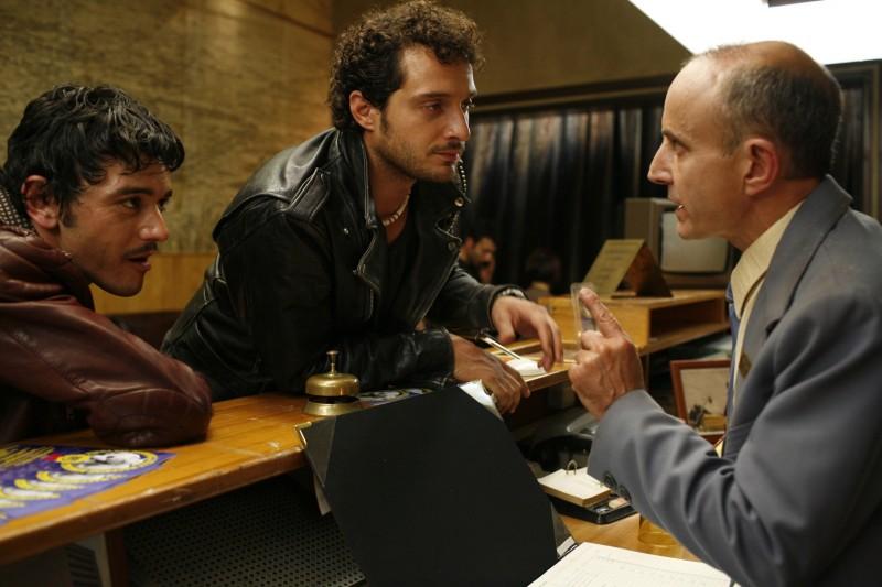 Michele Venitucci, Claudio Santamaria e Giuseppe Cederna in una scena del film Aspettando il sole
