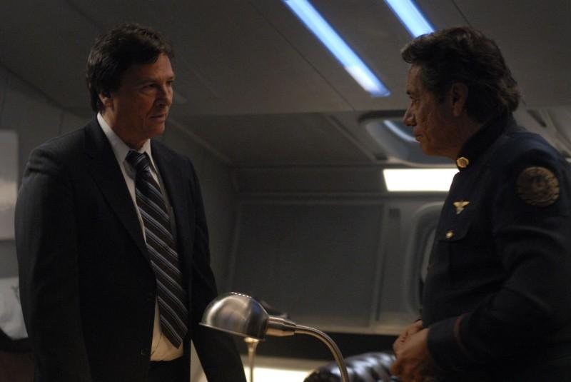 Richard Hatch e Edward James Olmos in una scena dell'episodio A Disquiet Follows My Soul di Battlestar Galactica