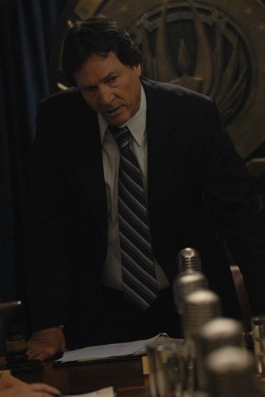 Richard Hatch in una scena dell'episodio A Disquiet Follows My Soul di Battlestar Galactica