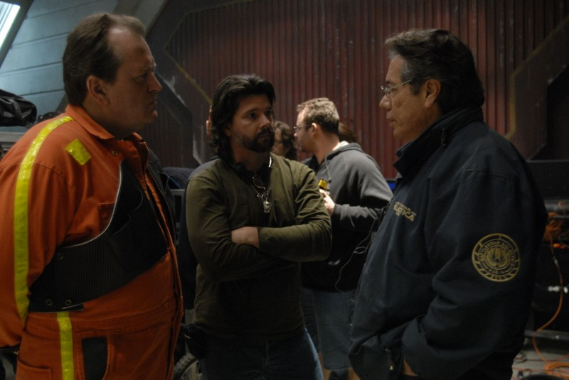 Ronald D. Moore e Edward James Olmos sul set dell'episodio A Disquiet Follows My Soul di Battlestar Galactica