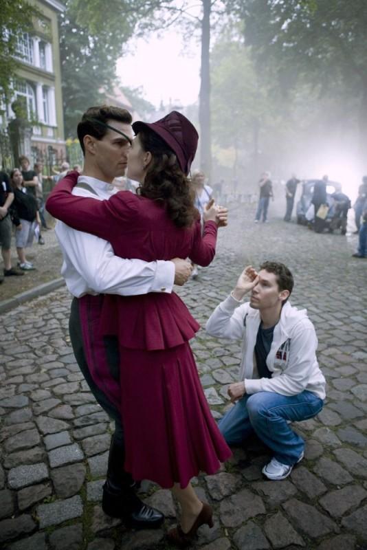Tom Cruise, Carice van Houten e il regista Bryan Singer sul set del film Valkyrie