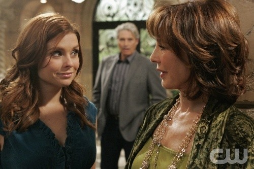 Anne Archer e JoAnna Garcia nell'episodio All About Love, Actually di Privileged
