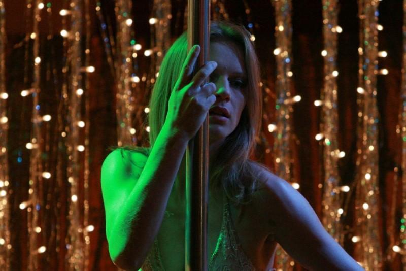 Antonia Liskova in una scena del film Giulia non esce la sera