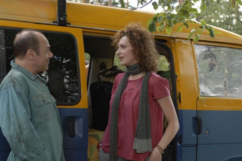 Carlo Verdone e Kseniya Rappoport in un'immagine del film Italians