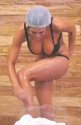 Grande Fratello 9: Cristina Del Basso accende le fantasie del pubblico maschile con una delle sue mitiche docce.