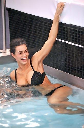 Grande Fratello 9: Cristina Del Basso in piscina