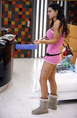 Grande Fratello 9: Cristina Del Basso. Per le sue misure 'esplosive', la concorrente è stata soprannominata 'Atomic Titten'