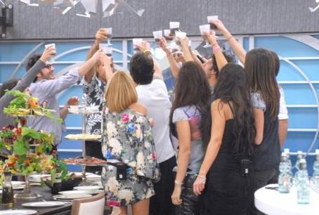 Grande Fratello 9 - Nicola Molinari festeggia il compleanno di Ferdi insieme agli altri 'reclusi'.