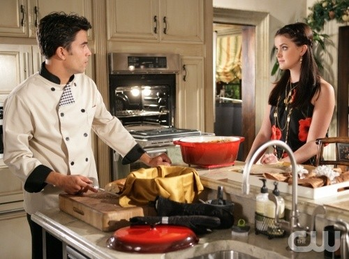 Ignacio Serricchio ed Ashley Newbrough in una scena dell'episodio All About Love, Actually di Privileged