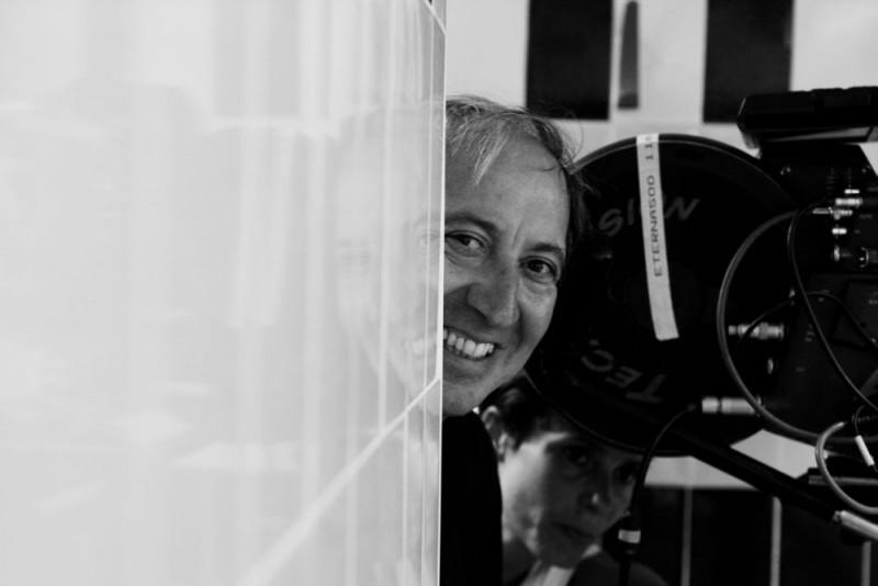 Il regista Giuseppe Piccioni sul set di Giulia non esce la sera