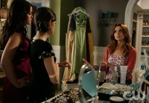 JoAnna Garcia, Lucy Hale ed Ashley Newbrough in una scena dell'episodio All About the Big Picture di Privileged