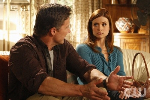 John Allen e JoAnna Garcia in una scena dell'episodio All About the Ripple Effect di Privileged