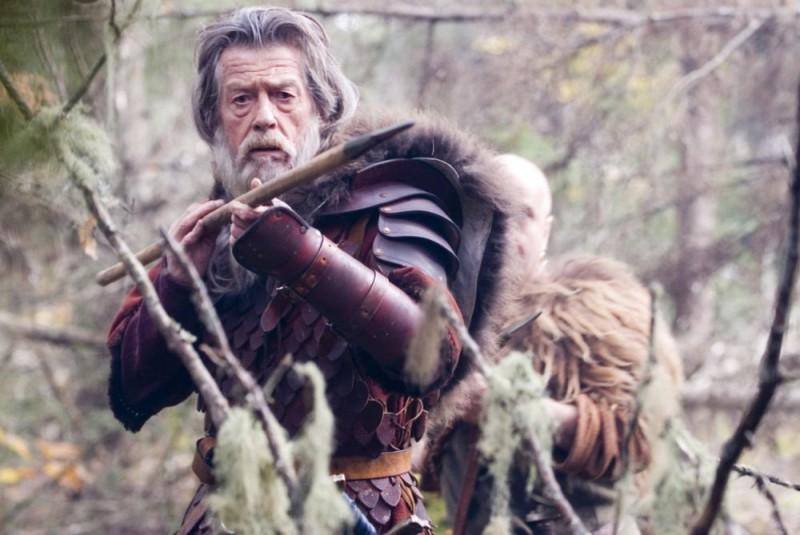 John Hurt in una scena del film Outlander