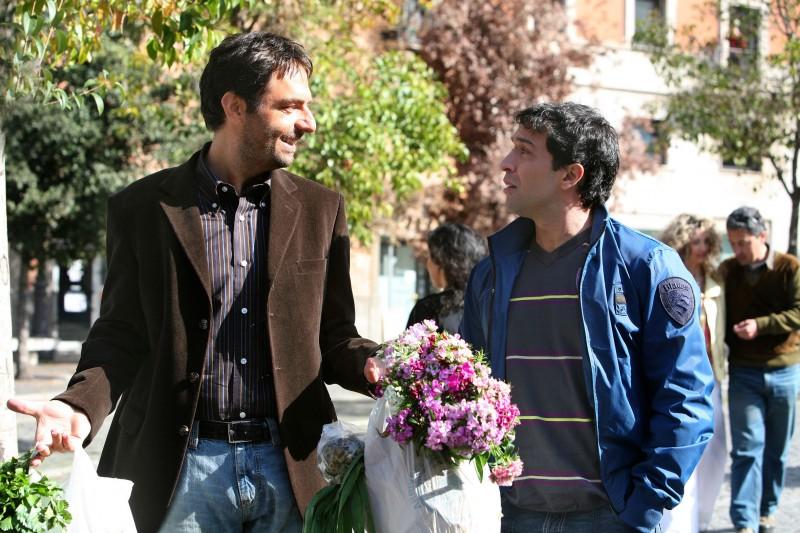 Neri Marcorè e Pietro Taricone in una scena dell'episodio L'amore ci cambia la vita di Tutti pazzi per amore