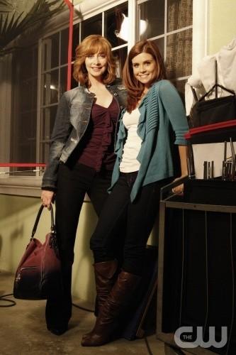Sharon Lawrence e JoAnna Garcia in una foto promozionale dell'episodio All About the Ripple Effect di Privileged